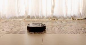 Γύροι ηλεκτρικών σκουπών ρομπότ στο πάτωμα απόθεμα βίντεο