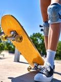 Γύροι κοριτσιών στα σαλάχια κυλίνδρων στο skatepark Στοκ Εικόνες