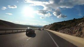Γύροι μοτοσυκλετιστών σε έναν όμορφο δρόμο ερήμων τοπίων στην Ισπανία Όψη πρώτος-προσώπων φιλμ μικρού μήκους