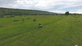 Γύροι μοτοσυκλετιστών στον τομέα σε μια μοτοσικλέτα φιλμ μικρού μήκους