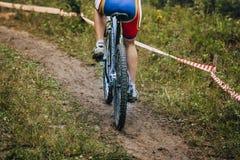 Γύροι ποδηλάτων βουνών κοριτσιών στο ίχνος Στοκ Φωτογραφίες