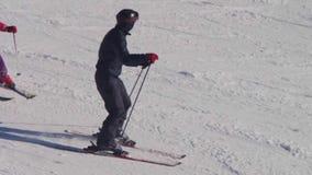 Γύροι σκιέρ στη διαδρομή σκι κίνηση αργή απόθεμα βίντεο