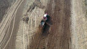 Γύροι τρακτέρ μέσω του γεωργικού τομέα και της λίπανσης του με το λίπασμα απόθεμα βίντεο
