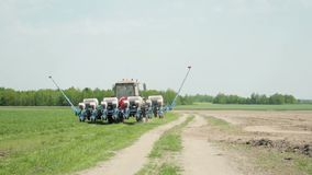 Γύροι τρακτέρ με τη μονάδα σποράς φιλμ μικρού μήκους