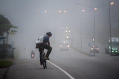 Γύρος ατόμων στην εργασία στην ελαφριά ομίχλη Στοκ εικόνες με δικαίωμα ελεύθερης χρήσης