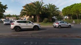 Γύρος αυτοκινήτων από τη διασταύρωση κυκλικής κυκλοφορίας σε ένα ιταλικό τετράγωνο απόθεμα βίντεο