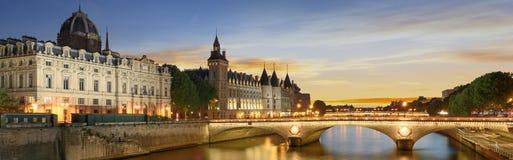 Γύρος βαρκών στον ποταμό του Σηκουάνα στο Παρίσι με το ηλιοβασίλεμα Γαλλία Παρίσι Στοκ Εικόνες