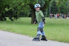 γύρος εκμάθησης rollerblades στοκ εικόνες