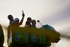 Γύρος ενηλίκων και των παιδιών στο ρωσικό ρόλερ κόστερ Στοκ Φωτογραφίες