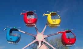 Γύρος ελικοπτέρων Funfair ενάντια σε έναν φωτεινό μπλε ουρανό στοκ εικόνες