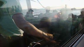 Γύρος θάλασσας, μοχλός μετατροπής καπετάνιου, τουρίστες που ταξιδεύει με τη βάρκα, μεταφορά απόθεμα βίντεο