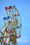 Γύρος διασκέδασης ροδών Ferris ενάντια στο μπλε ουρανό Στοκ Φωτογραφίες