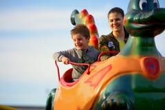 Γύρος μητέρων και γιων στο ρωσικό ρόλερ κόστερ Στοκ φωτογραφίες με δικαίωμα ελεύθερης χρήσης