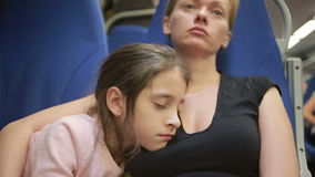 Γύρος μητέρων και κορών μεταναστών στο τραίνο απόθεμα βίντεο