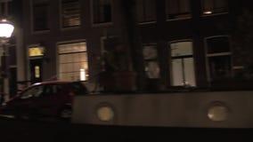 Γύρος νερού νύχτας στα κανάλια του Άμστερνταμ απόθεμα βίντεο