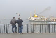 Γύρος πορθμείων δυσκολιών λαιμού της Ιστανμπούλ στην ομίχλη Στοκ Φωτογραφία