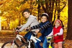 Γύρος ποδηλάτων στο πάρκο φθινοπώρου Στοκ Φωτογραφία