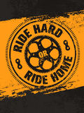 Γύρος σκληρός ή σπίτι γύρου Δημιουργικό διανυσματικό έμβλημα αποσπάσματος κινήτρου ποδηλάτων στενοχωρημένο στο Grunge υπόβαθρο Στοκ Εικόνες
