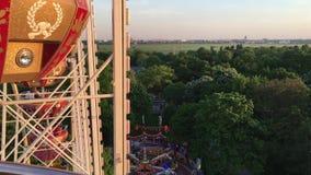 Γύρος στη ρόδα Riesenrad Ferris στη γερμανική έκθεση διασκέδασης Άποψη για επάνω από να κοιτάξει κάτω επάνω στην έκθεση διασκέδασ απόθεμα βίντεο
