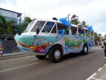 Γύρος τουριστών παπιών Aqua που συμμετέχει στην παρέλαση φεστιβάλ σκοπέλων παραλιών Airle Στοκ Εικόνες