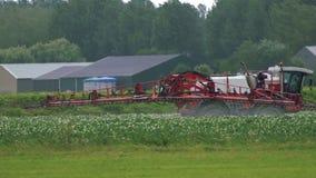 Γύρος ψεκαστήρων γεωργικών τρακτέρ σε έναν τομέα απόθεμα βίντεο