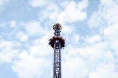 Γύρος Swinger κυμάτων ενάντια στο μπλε ουρανό, εκλεκτής ποιότητας αποτελέσματα φίλτρων - ένας ταλαντεμένος δίκαιος γύρος ιπποδρομ στοκ εικόνες με δικαίωμα ελεύθερης χρήσης