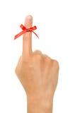 γύρω από κόκκινη συμβολοσειρά υπενθυμίσεων δάχτυλων που δένεται ως στοκ φωτογραφίες