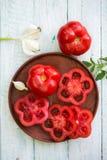 γύρω από τη φρέσκια ντομάτα τμημάτων μνήμης πιάτων αποκοπών Στοκ φωτογραφία με δικαίωμα ελεύθερης χρήσης