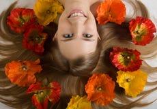 γύρω από το κορίτσι λουλ&omicr Στοκ Φωτογραφίες