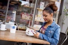 γύρω από το φρέσκο κατάστημα φλυτζανιών καφέ φασολιών Στοκ φωτογραφίες με δικαίωμα ελεύθερης χρήσης