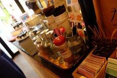 γύρω από το φρέσκο κατάστημα φλυτζανιών καφέ φασολιών Στοκ Εικόνα