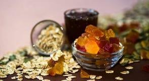 Γλασαρισμένο papaya, oatmeal δημητριακών, συλλαβισμένοι, σπόροι κολοκύθας και μέλι για το πρόγευμα Στοκ Φωτογραφίες