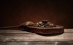 γλυκάνισο καφέ και αστεριών σε ένα ξύλινο καφετί υπόβαθρο πινάκων στις μαγικές διακοπές Χριστουγέννων Στοκ εικόνες με δικαίωμα ελεύθερης χρήσης