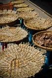Γλυκά αποξηραμένα ψάρια με το σουσάμι Στοκ Φωτογραφίες