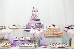 Γλυκά γαμήλιων πινάκων διακοσμήσεων και διακοσμήσεων Στοκ Φωτογραφία