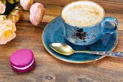 Γλυκά γαλλικά Macaroons με το φλυτζάνι Cofee Στοκ Φωτογραφία
