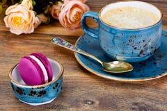Γλυκά γαλλικά Macaroons με το φλυτζάνι Cofee Στοκ φωτογραφία με δικαίωμα ελεύθερης χρήσης