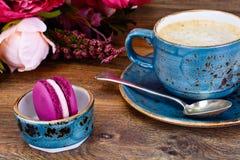 Γλυκά γαλλικά Macaroons με το φλυτζάνι Cofee Στοκ Εικόνες