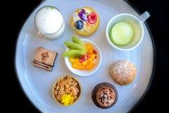 Γλυκά επιδορπίων τσαγιού και ζύμης απογεύματος Στοκ φωτογραφία με δικαίωμα ελεύθερης χρήσης