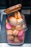 Γλυκά ζωηρόχρωμα μπισκότα macaron Στοκ Φωτογραφίες