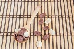 Γλυκά δημητριακά στο ξύλινο κουτάλι στο ξύλινο υπόβαθρο Στοκ Εικόνες