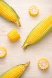 Γλυκά δημητριακά Φρέσκο καλαμπόκι στους σπάδικες στον ξύλινο πίνακα Στοκ φωτογραφία με δικαίωμα ελεύθερης χρήσης
