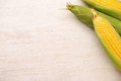 Γλυκά δημητριακά Φρέσκο καλαμπόκι στους σπάδικες στον ξύλινο πίνακα Στοκ εικόνες με δικαίωμα ελεύθερης χρήσης