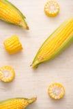 Γλυκά δημητριακά Φρέσκο καλαμπόκι στους σπάδικες στον ξύλινο πίνακα Στοκ Εικόνα