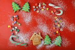 Γλυκά διακοπών στο κόκκινο υπόβαθρο Στοκ φωτογραφίες με δικαίωμα ελεύθερης χρήσης