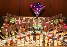 Γλυκά κέικ και συμπόσιο επιδορπίων στοκ εικόνα