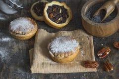 Γλυκά κέικ με την πλήρωση σπόρου και καρυδιών παπαρουνών Στοκ Φωτογραφίες