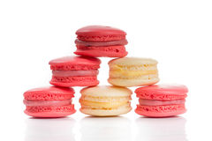 Γλυκά και ζωηρόχρωμα γαλλικά macaroons που απομονώνονται στο άσπρο backgroun Στοκ Εικόνες