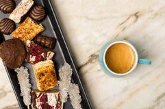 Γλυκά και καφές espresso Στοκ εικόνα με δικαίωμα ελεύθερης χρήσης