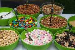 Γλυκά καλύμματα στο παγωτό στοκ εικόνες